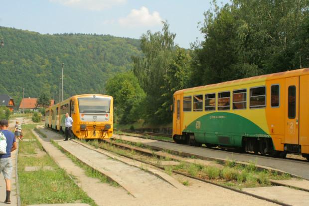 Kolejami kursującymi po kraju południowomorawskim można podróżować w ramach jednego biletu, obejmującego także komunikację autobusową, tramwajową i trolejbusową w całym regionie, a nawet docierającą do kilkunastu miejscowości w Austrii i na Słowacji.