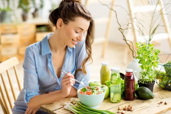 Zgodnie z zaleceniami WHO powinniśmy jeść przynajmniej 400 g dziennie owoców i warzyw, a nawet w miarę możliwości powinniśmy starać się jeszcze zwiększyć tę ilość.