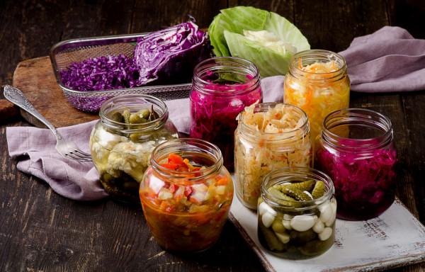 Kiszonki są źródłem zdrowia. Kwas mlekowy powstający podczas fermentacji pomaga utrzymać równowagę flory bakteryjnej jelit, właściwa mikrobiota to również lepsze wchłanianie substancji odżywczych z pożywienia.