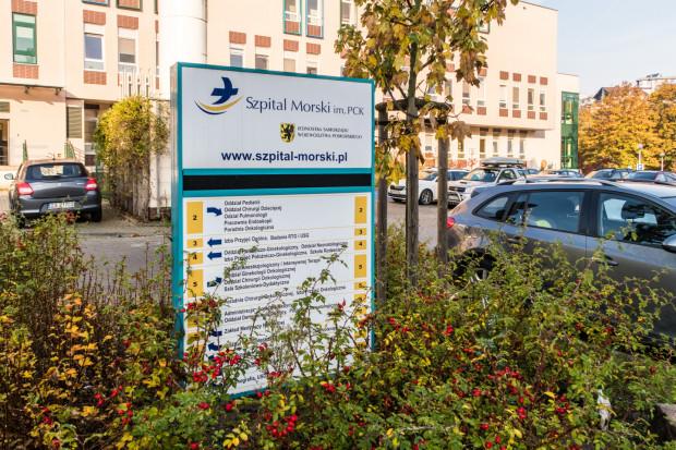 Jeśli podejrzewamy, że mogliśmy zachorować na koronawirusa, powinniśmy skontaktować się telefonicznie z najbliższą powiatową stacją sanitarną i zapytać o dalsze wskazówki. Ci, którzy zgłaszają się do szpitali na własną rękę, mogą nie zostać przyjęci, o czym przekonała się siostra naszego czytelnia. Kobieta szukała pomocy w Szpitalu Morskim w Gdyni i nie otrzymała jej.