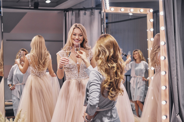 Wizyta w salonie sukien ślubnych może być bardzo przyjemnym doświadczeniem.