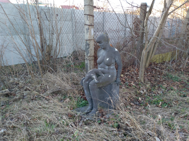 Rzeźba kobiety z dzieckiem leżącym na jej kolanach stanęła w pobliżu torów SKM między Oliwą a Żabianką.
