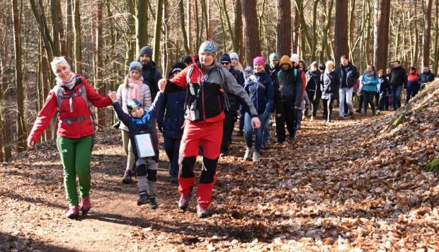 Wspólne spacery po leśnych ścieżkach to idealna forma rekreacji dla całych rodzin.