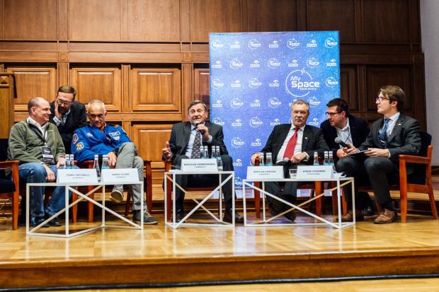 Ważnym punktem konferencji było spotkanie z kosmonautami: Tonym Antonellim i Dannym Olivas'em z USA, gen. Mirosławem Hermaszewskim - jedynym Polakiem w przestrzeni kosmicznej oraz Bertalanem Farkaszem - pierwszym Węgrem w kosmosie.