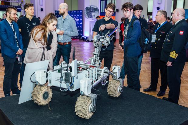 Jedną z atrakcji na konferencji był łazik kosmiczny stworzony przez zespół studentów z AGH Space System.