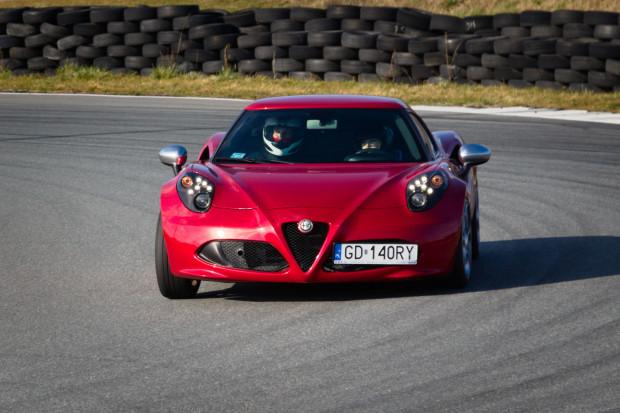 Jedna z uczestniczek sprawdzała swoje umiejętności w przepięknej Alfie Romeo 4C.