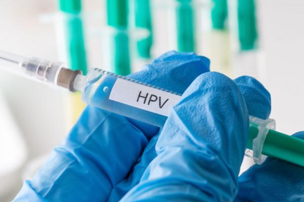 HPV to jeden z najczęściej przenoszonych drogą płciową wirusów. Jest trudny do leczenia, bo w ogromnej większości przypadków zakażenie ma charakter bezobjawowy.