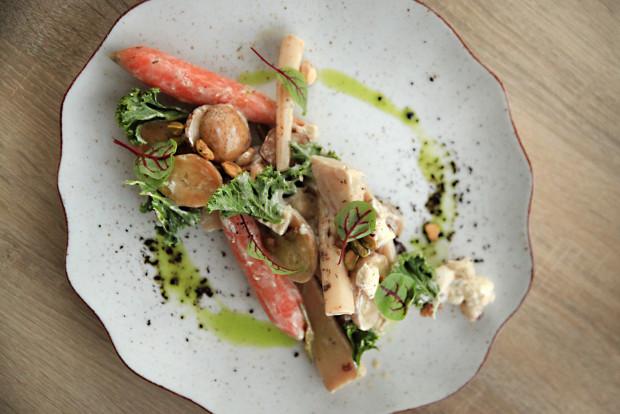 Wegetariańska sałata na ciepło z ziemniakami, warzywami korzeniowymi, kozim serem, jarmużem.
