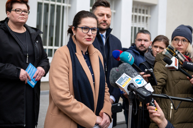Prezydent Gdańska podczas wtorkowej konferencji prasowej poinformowała, że na razie nie ma decyzji o zamknięciu miejskich szkół. Jutro samorządowcy spotykają się z premierem, gdzie będą rozmawiać m.in. na ten temat.