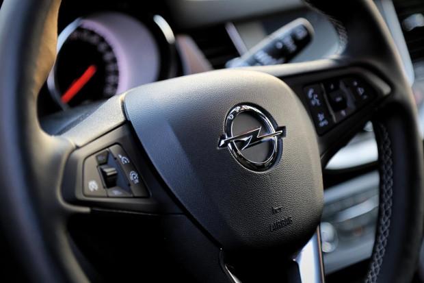 Pracownicy firm dezynfekujących auta na minuty szczególną uwagę zwracają na m.in. kierownicę, klamki czy dźwignię zmiany biegów.