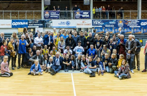 Koszykarki Arki Gdynia zostały mistrzyniami Polski po raz dwunasty w historii klubu i po raz pierwszy od 2010 roku. W tej kampanii awansowały również do Euroligi kobiet, a zdjęcie prezentuje radość wraz z kibicami, po kwalifikacyjnym meczu z tureckim Botas SK.