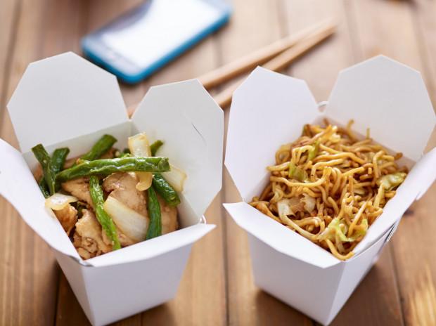 Restauratorzy zachęcają do korzystania z oferty jedzenia na dowóz. Podkreślają, że jest one bezpieczne i przygotowywane w sterylnych warunkach.