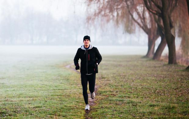 Treningi na świeżym powietrzu nie stanowią zagrożenia w czasie epidemii koronawirusa. Jeśli jednak chcemy iść na przykład pobiegać, zróbmy to w pojedynkę.