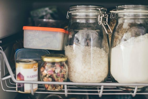 Martwię się, że nagły atak na sklepy skutkuje wyrzuceniem wielkiej ilości jedzenia. Uważajmy na produkty, które mają krótki okres ważności - nie kupujmy ich zbyt wiele, bo jest szansa, że trafią do śmietnika.