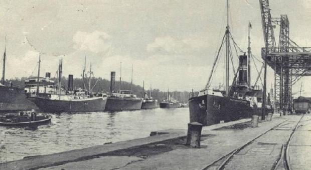 """Podczas lata 1920 roku pracownicy gdańskiego portu dwukrotnie stawali na drodze Polsce walczącej z bolszewikami. Odmówili wyładowania holenderskiego """"Tritona"""", którzy przywiózł broń i amunicję dla polskiego wojska oraz nie pozwolili wpłynąć do miasta łotewskiemu """"Saratowsowi"""" z polskimi żołnierzami na pokładzie."""