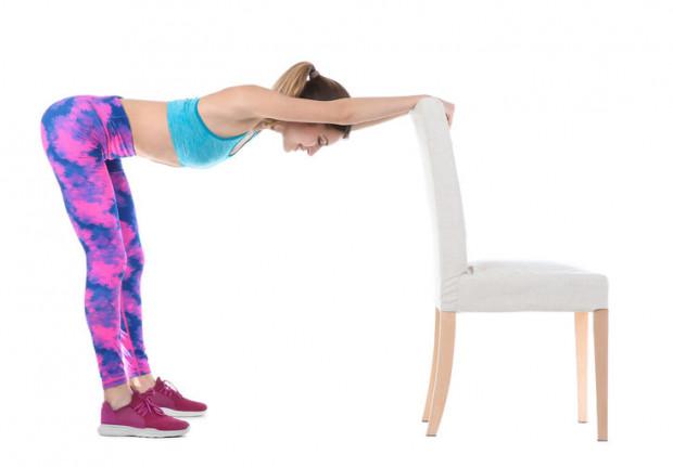 Do aktywności fizycznej możesz wykorzystać sprzęty domowe, ale zadbaj o bezpieczeństwo i upewnij się, czy wytrzymają ćwiczenia, które przy ich pomocy chcesz wykonać.