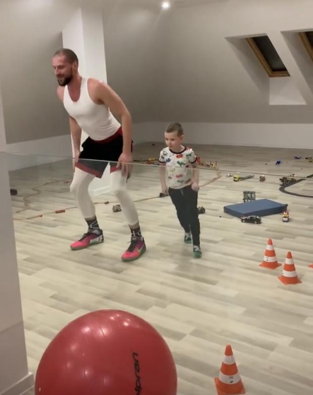 Paweł Leończyk, koszykarz Trefla Sopot podczas treningu z synem.