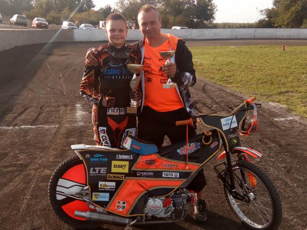 Mateusz Łopuski z tatą Sebastianem po zawodach jeszcze na minitorze. Obecnie przyszły żużlowiec ma za sobą pierwsze jazdy na dużym obiekcie.