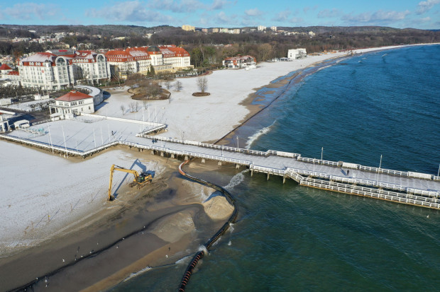 Piasek, który jest usuwany z łachy przy molo w Sopocie, zostanie wykorzystany do wzmocnienia osuwającego się klifu w Orłowie.