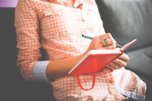 W obecnej sytuacji, kiedy jesteśmy skazani na pozostanie w domach i mnóstwo czasu spędzamy sami ze sobą, rozpoczęcie prowadzenia pamiętnika może okazać się przydatnym narzędziem terapeutycznym.