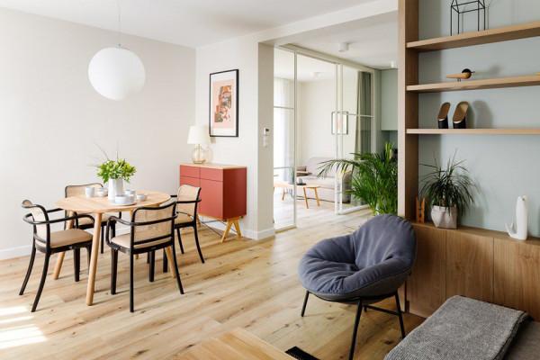 Dużym zainteresowaniem cieszą się ponadczasowe krzesła o giętych ramach z tapicerowanym siedziskiem.