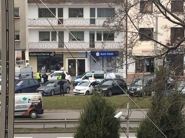 Do napadu doszło w poniedziałek przed południem w jednym z banków przy al. Zwycięstwa w Orłowie.
