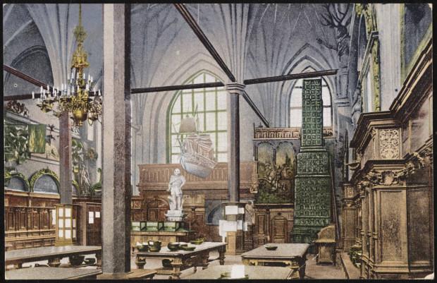 Pocztówka przedstawiająca Wielką Halę w Dworze Artusa, początek XX wieku. Ze zbiorów Muzeum Gdańska.