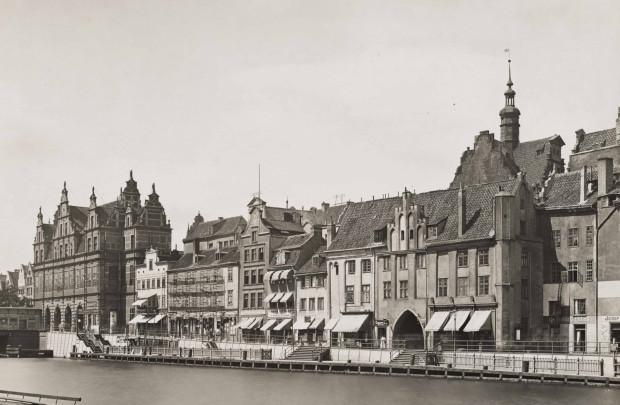 Zdjęcie Długiego Pobrzeża z przełomu XIX i XX wieku. Ze zbiorów Muzeum Gdańska.
