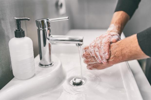 Podstawową metodą zapobiegania zarażeniu koronawirusem SARS-Cov-2, powodującym chorobę COVID-19, jest przestrzeganie zasad higieny, w tym częste i dokładne mycie rąk.