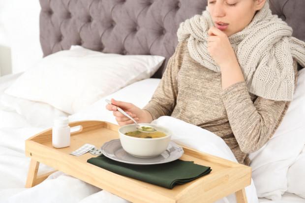 Około 80 proc. zarażonych osób przechodzi chorobę COVID-19, wywoływaną koronawirusem SARS-Cov-2, łagodnie i nie wymaga hospitalizacji. W zupełności wystarczy, gdy pozostaną w domach i będą leczyć się objawowo, czyli zbijać temperaturę.