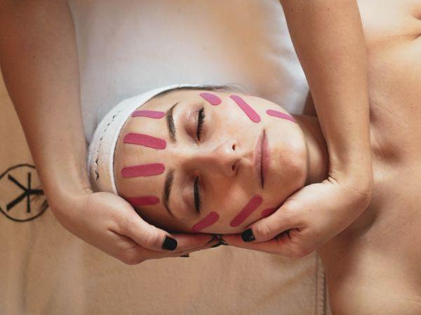 Jednym z manualnych zabiegów jest masaż Kobido, który relaksuje mięśnie, ale jednocześnie je pobudza i modeluje.