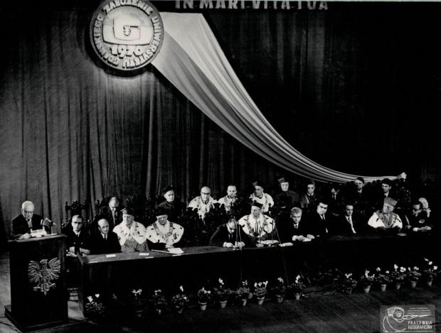 Uroczysta inauguracja w Teatrze Wybrzeże pierwszego roku akademickiego na nowo powołanym Uniwersytecie, 1 października 1970 r. (zbiory Muzeum Uniwersytetu Gdańskiego).