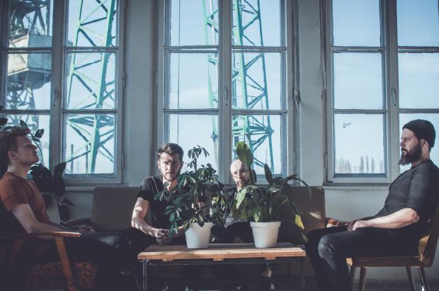 """Spoiwo to jeden z trójmiejskich zespołów, których muzyki można posłuchać na platformach streamingowych. Obecnie pracują nad nową płytą, ale w internecie znajduje się ich debiutancki album """"Salute Solitude"""" - przepełniony przestrzennym post-rockowym brzmieniem."""