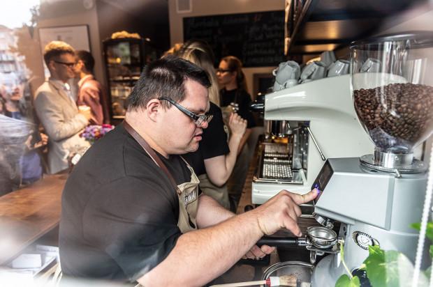 W kawiarni CieKawa pracuje pięć osób niepełnosprawnych intelektualnie. Wszystkie odbyły profesjonalny kurs baristy.