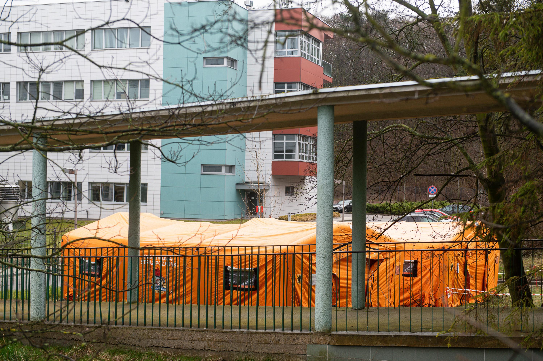 Namioty do segregacji pacjentów stanęły przy szpitalu przy