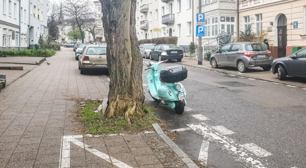 Przykład sprytnego wykorzystania przestrzeni parkingowej przez użytkownika skuterów na minuty.