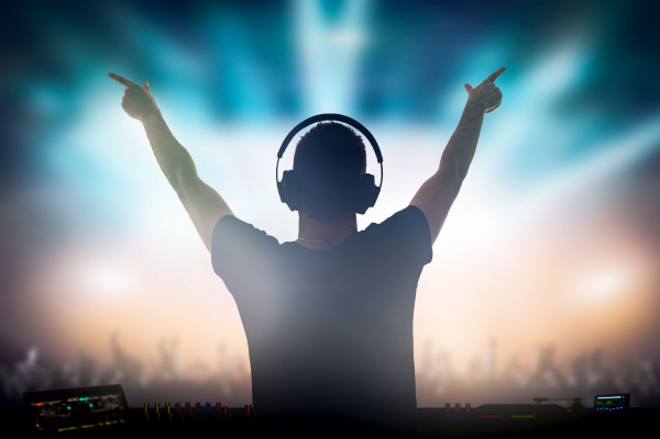 Didżeje z klubów przenieśli się do domów, jednak dzięki sieci dalej mogą dzielić się swoją muzyką.