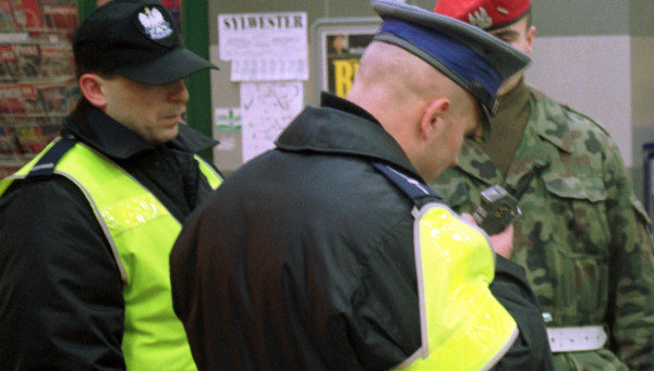 Żołnierze mają wspomóc policję w walce z koronawirusem. Zdjęcie ilustracyjne.