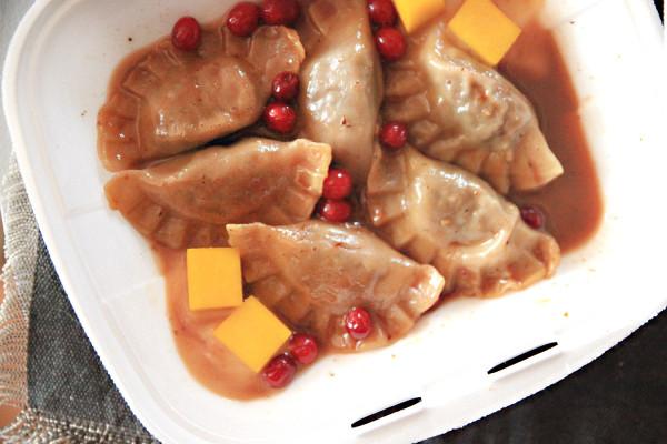 Pierogi nadziewane pieczoną kaczką z musem z pieczonych jabłek to smaczna propozycja od restauracji Petit Paris.