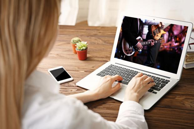 W sieci dostępnych jest coraz więcej koncertów i transmisji z imprez.