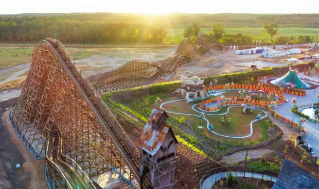 Największą atrakcją pierwszego w Polsce parku Majaland belgijskiej marki Plopsa jest drewniana kolejka górska o długości toru wynoszącym 618 metrów.