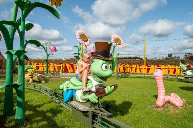Tor małej kolejki dla dzieci w parku Majaland.