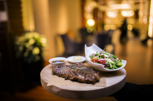 Restauracje hotelowe zdecydowały się na poszerzenie swojej oferty o dania na wynos.