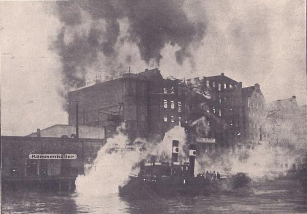 """12 marca 1930 roku ogień strawił dwuczęściowy spichlerz """"Deo Gloria"""" w Gdańsku."""
