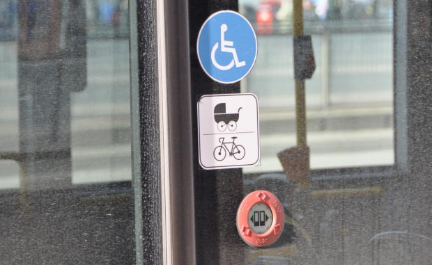 Autobus, do którego wsiadła pani Karolina był prawie pusty i oznakowany w sposób, który nie zakazuje przewozu rowerów. Mimo to z pojazdu została wyproszona.