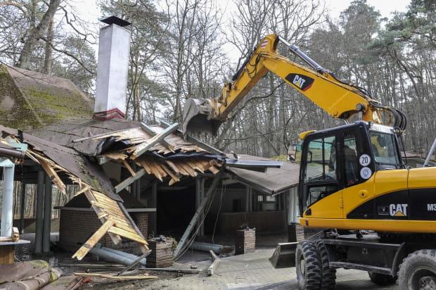W tym tygodniu rozpoczęło się burzenie wiaty gastronomicznej i budynku kas, które powstały jeszcze w latach 90.
