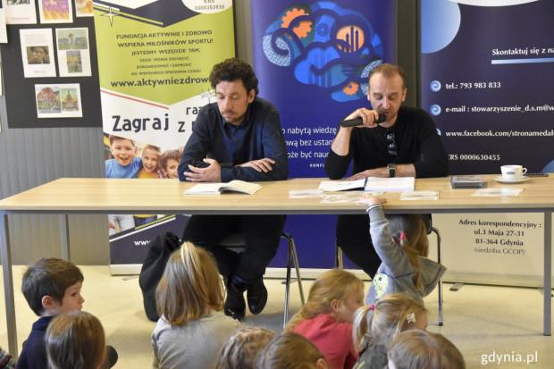 Bajki edukacyjno-integracyjne czytali podczas promocji książki aktorzy Dominik Bąk i Wojciech Mecwaldowski.