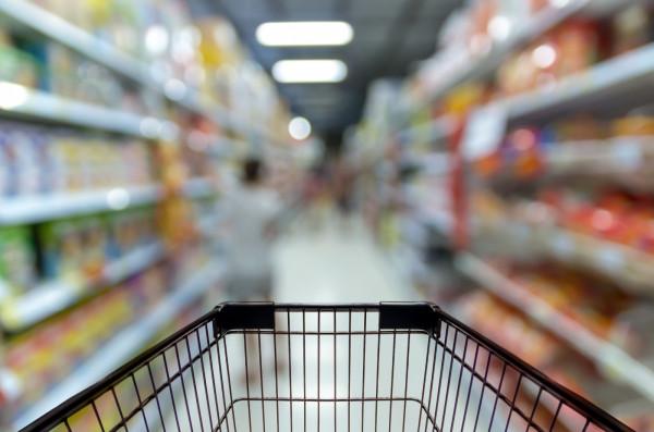 Nadmierne kupowanie zapasów jedzenia związane jest z lękiem przed głodem, jednak inne sklepy zaczęły notować duże spadki.