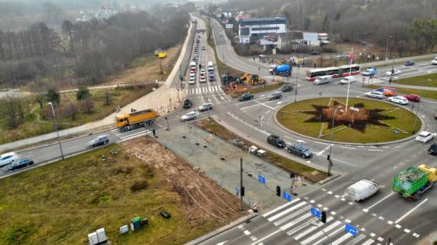 W lutym drogowcy układali warstwy podbudowy drogi rowerowej na odcinku przy skrzyżowaniu ul. Potokowej i Słowackiego.