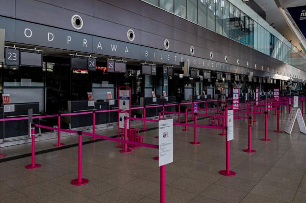 Koronawirus uziemił też samoloty. Na lotniskach ruch zamarł.
